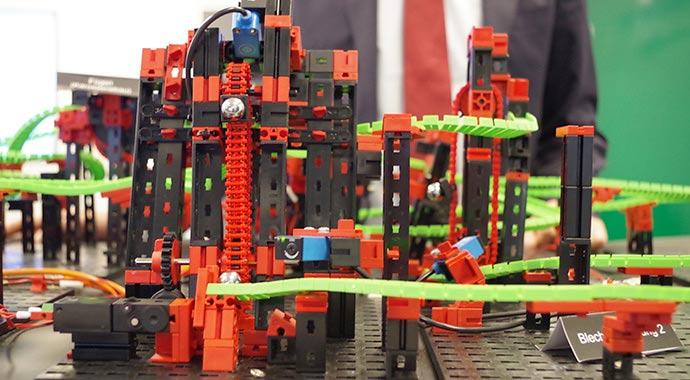 Die smarte Fabrik kommt ins Rollen: FIR-Modellfabrik demonstriert automatisierte Produktion mit APplus